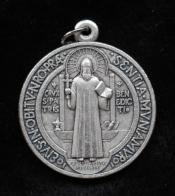 Médailles : saint Benoit, saint Michel, sainte Rita